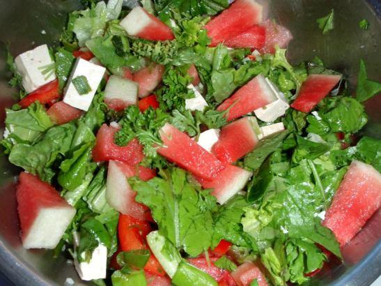 Salaatissa vesimelonia, tofua, paprikaa, salaattia, persiljaa ja sipulinvartta.
